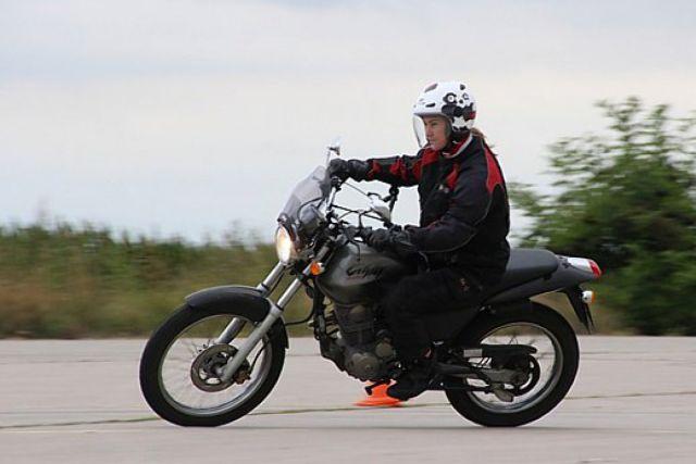 Jaký má tvrdší výcvik motorkářů dopad v praxi? Některé autoškoly skončily!